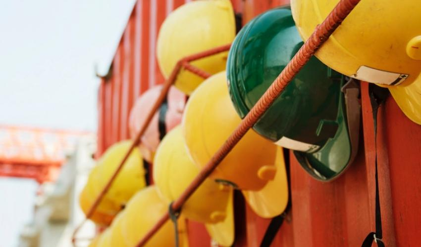 Hardhats on intermodal container. Photo: rawpixel / unsplash.com